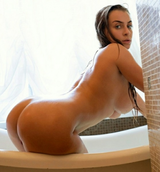 Curvy girl in bath naked
